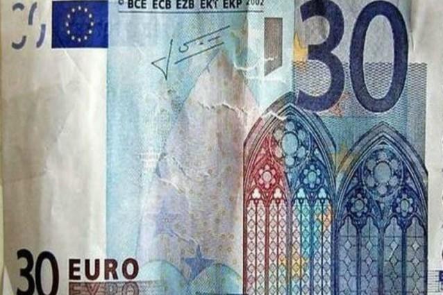 Paga con una banconota da 30 euro. E gli danno pure il resto