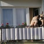 Sesso sul terrazzo dell'albergo: lei cade ma si salva