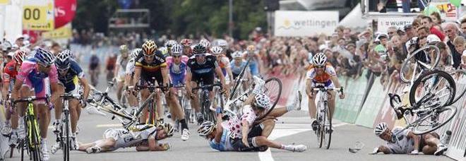 Firenze, suora attraversa la strada durante una gara di ciclismo: 7 feriti