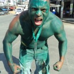 28mai2012---hulk-da-vila-cruzeiro-tenta-assusatar-pedestres-no-complexo-do-alemao-na-zona-norte-do-rio-de-janeiro