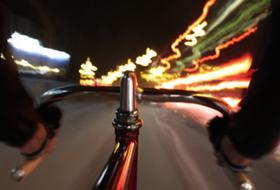 Due matti stanno andando di notte in bicicletta