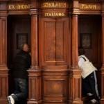 Un anziano fedele si reca in chiesa per confessarsi