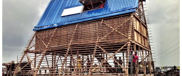 In Africa una scuola galleggia grazie a barili riciclati e funziona con pannelli solari