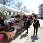 Un carabiniere al mercato nota un ambulante aprire delle mele