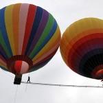 Equilibrista nel Guinnes Record: cammina tra due mongolfiere su un'asta