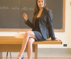 Pierino primo giorno di scuola, si siede di fronte alla cattedra che…