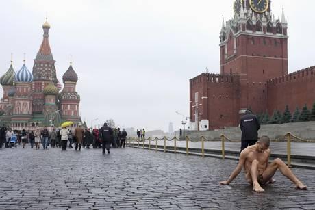 Mosca, s'inchioda i genitali davanti al Kremlino per protesta