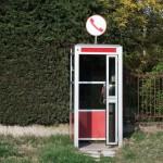 Un carabiniere ogni mattina entra in una cabina telefonica,