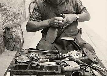 Un calzolaio è in difficoltà finanziarie e pensa di vendere il retrobottega per realizzare qualche soldo.
