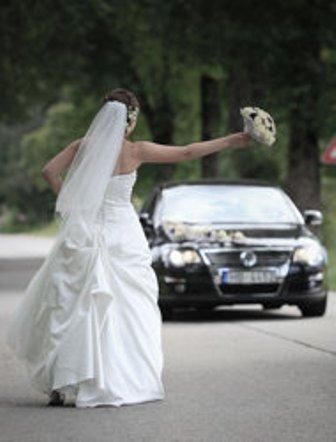 Si fermano all'area di servizio dell'autostrada durante la luna di miele, ma lui dimentica la sposa