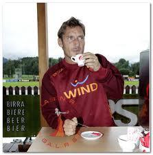 Totti è in un famoso bar di Roma e ha ordinato un caffè