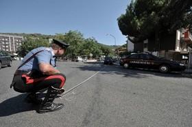 Due carabinieri devono fare le rilevazioni di un incidente