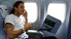Durante un trasferimento aereo al Mondiale Corea Giappone Totti e del Piero