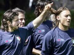 Entrata dura di Gattuso su Totti che finisce a terra,