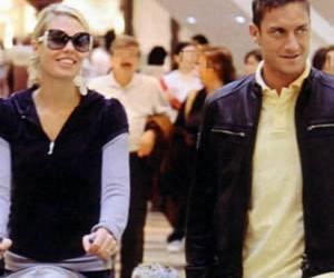 Totti e Ilary vanno in un negozio di abbigliamento