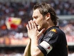 Totti sta piangendo; Del Piero va dal mister e gli dice:
