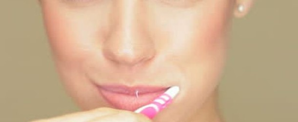 Donna cinese ha un orgasmo ogni volta che si lava i denti e poi… sviene