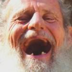 """Un anziano di 82 anni va dal dottore e dice: """"dottore, mi fa male la gamba destra"""""""
