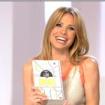 Totti riceve un libro da Ilary,tutto emozionato apre la prima pagina e legge