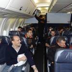 Ilary e Totti sono su un aereo. Ilary dice a Totti: