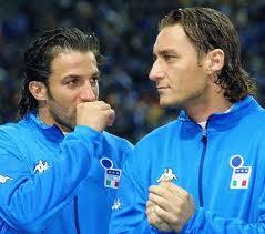 """Totti chiede a Del Piero: """" Alessà, ma è vero che dopo le partite i tuoi compagni de squadra se vanno a fare la doccia a casa?"""""""