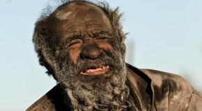 Uomo iraniano trascorre 60 anni senza lavarsi