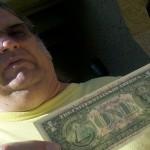 Si fa restituire i soldi che spende con un messaggio sulle banconote