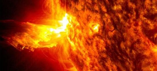 Super eruzione solare, tempesta magnetica sta per raggiungere la Terra. Ed è rischio blackout