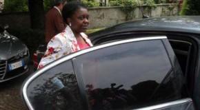 """La Kyenge fa shopping con l'auto blu: Il ministro uscente dell'Integrazione fa acquisti in una boutique chic con la scorta. Le partite Iva le urlano: """"Vergognati"""""""