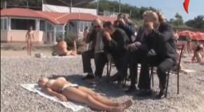 I migliori scherzi da fare in spiaggia ad una ragazza in topless! (HOT)