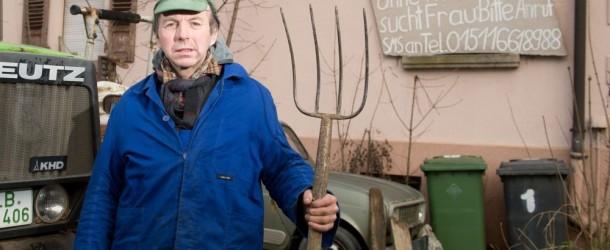 Agricoltore inondato di offerte di matrimonio dopo annuncio su cartello della fattoria