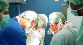Chirurgo abbandona paziente durante l'operazione per protesta