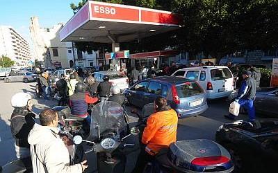 Benzinaio dimentica pompe aperte, gli svuotano serbatoi