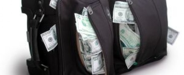 Ritrova la valigia con 25.000 euro, che aveva dimenticato sul treno