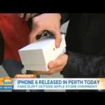 E' il primo ad acquistare l'iPhone 6… gli cade subito per terra in diretta TV!