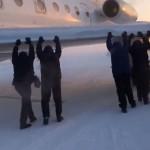 Siberia, aereo congelato sulla pista: i passeggeri scendono e lo spingono