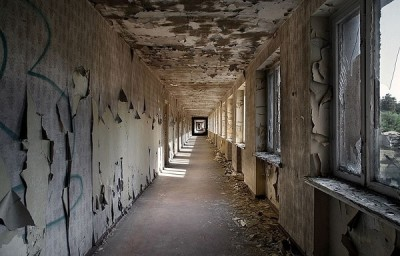 vandali-distruggono-hotel