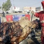 Il piatto più incredibile del mondo: cammello ripieno di agnello ripiena di pollo ripieno di pesce