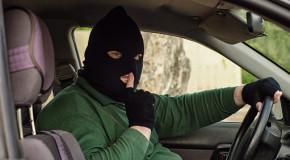 Processato per furto d'auto, arriva in tribunale su auto rubata